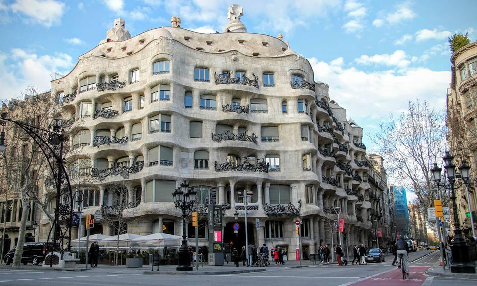 La Pedrera i Barcelona av Antonio Gaudí
